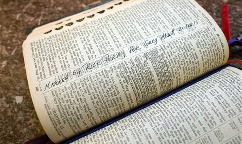 Bíblia como sua principal fonte de fundamentação. (Bob Daemmrich/ AP Photo)