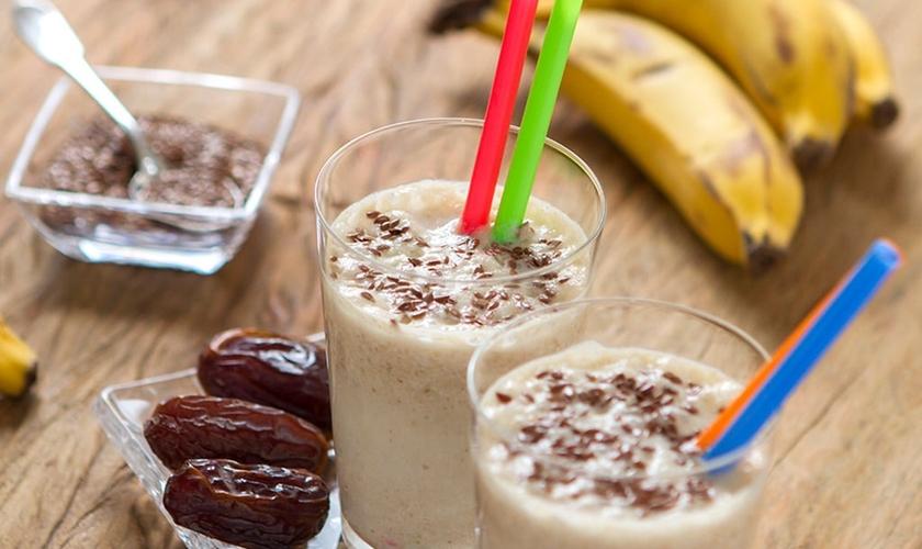 Shake de banana com linhaça e tâmaras