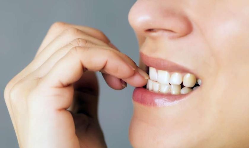 roer unhas pode entortar os dentes