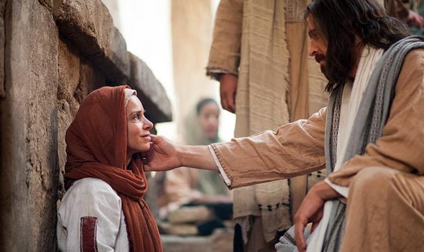 Jesus curando uma mulher _ Imagem ilustrativa