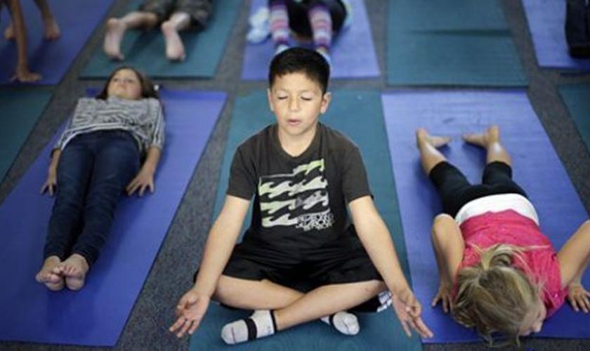 """Uma escola pública na Califórnia, que incluiu em sua grade de ensino uma aula de ioga para que os alunos """"se curvem ao deus do sol"""", está em processo perante o Tribunal de Apelações."""