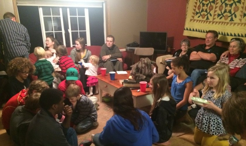 Em Dover (DEL), uma dúzia de famílias se encontra para uma reunião em uma casa. Cada um traz algo para comer / beber, seja um prato para o jantar ou também um tema para ser debatido no culto