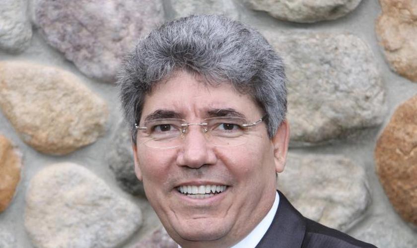 Hernandes Dias Lopes é teólogo, doutor em Ministério pelo Reformed Theological Seminary (EUA), Membro da Academia Evangélica de Letras do Brasil, Diretor Executivo da Editora Luz Para o Caminho e conferencista internacional, com mais 115 livros publicados