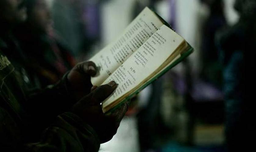 Evangelista indiano, segurando uma 'literatura religiosa'. (Foto: Indian Express)