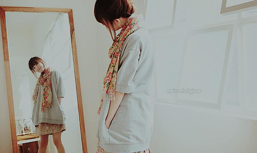 Jovem se olhando no espelho_imagem ilustrativa