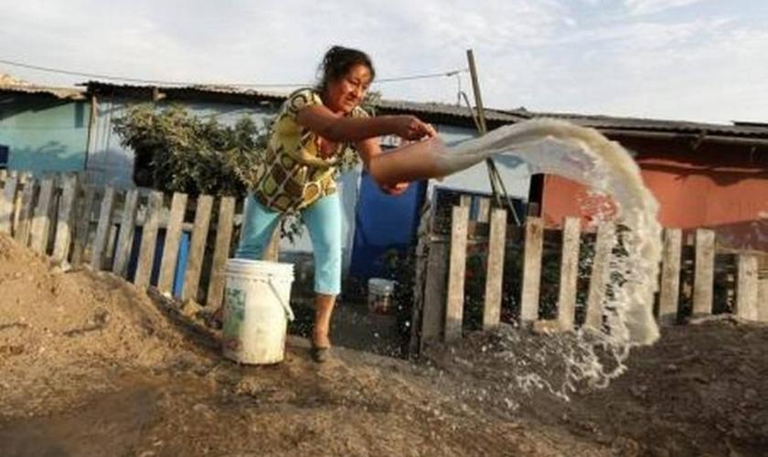 Água poluída é jogado fora no Peru