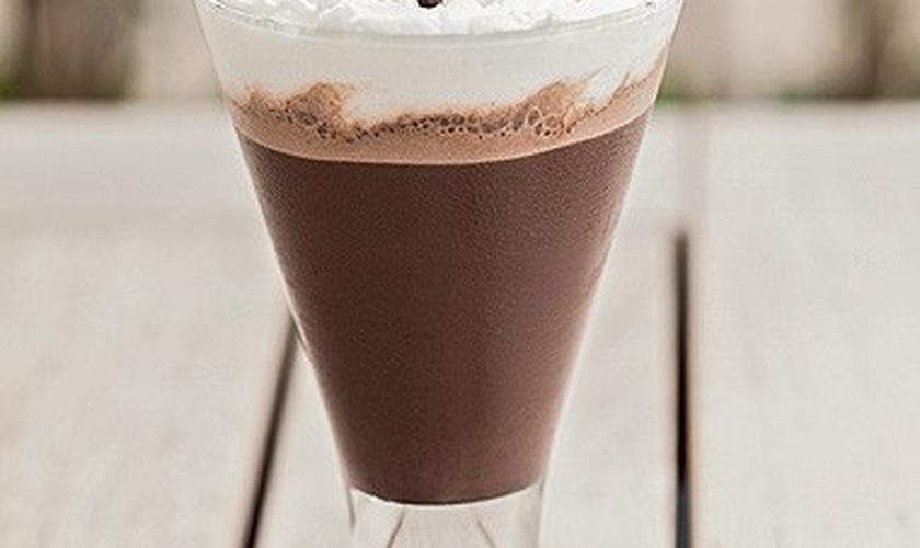 Chocolate gelado com chantilly