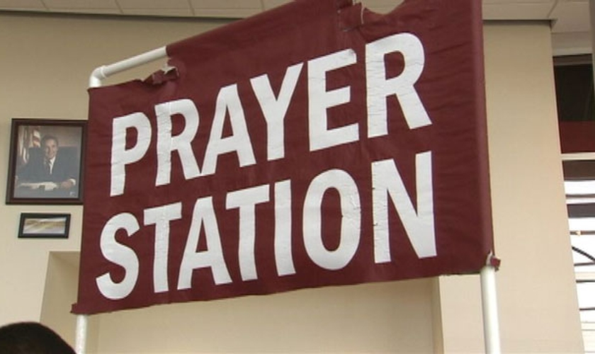 """Chamado de """"Estação de Oração"""", o stand instalaldo na prefeitura de Warren recebe diariamente, pessoas que queiram falar sobre seus pedidos de oração."""
