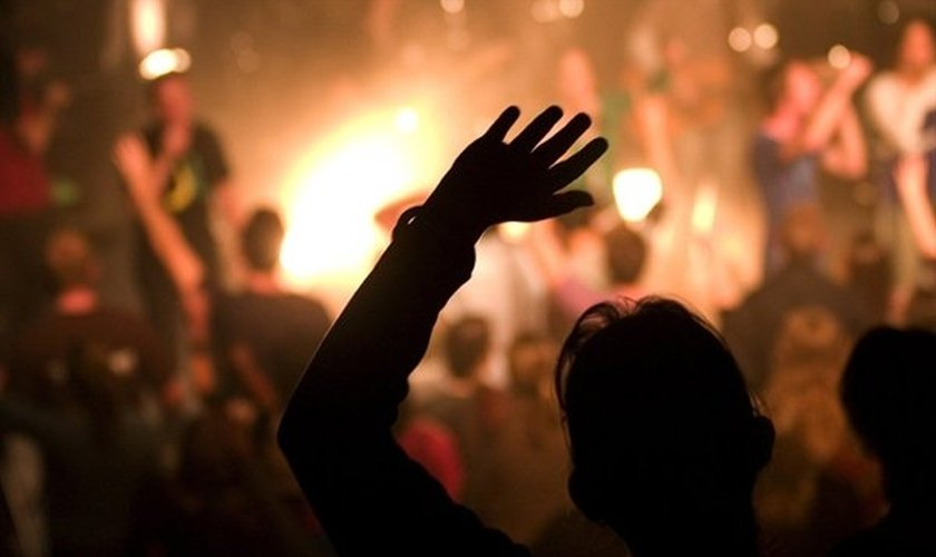 Imagem ilustrativa de cristãos adorando a Deus.