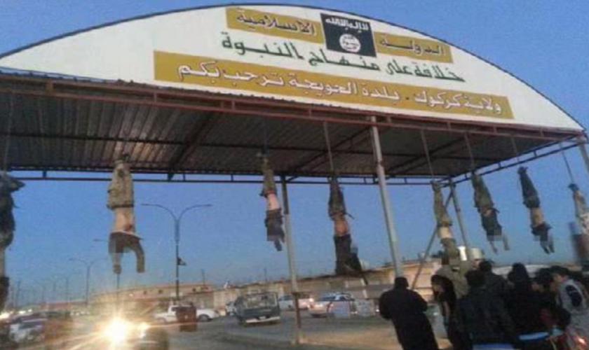 Em Hawija, no Iraque, 8 corpos sem vida foram pendurados em uma estrutura de metal na entrada para a cidade.