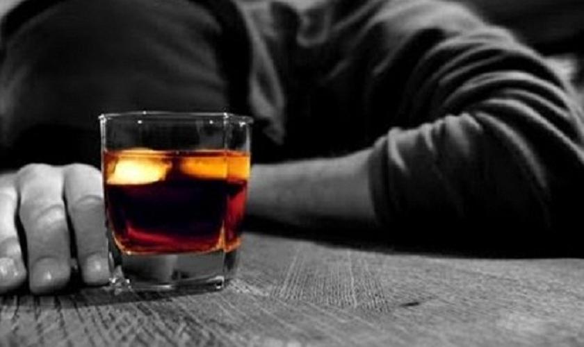 Homem alcoólatra _ imagem ilustrativa