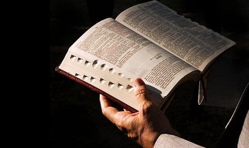"""Em resposta ao colunista norte-americano, um escritor cristão afirmou que a Bíblia independe de preceitos religiosos """"que vêm e vão"""". Ela permanece imutável."""
