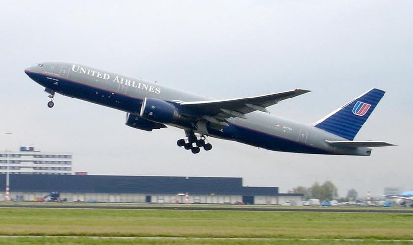 """Durante voo de Washington a Denver, em um avião da United Airlines, um homem que estava entre os 33 passageiros começou a correr pelo corredor e gritar """"jihad""""."""