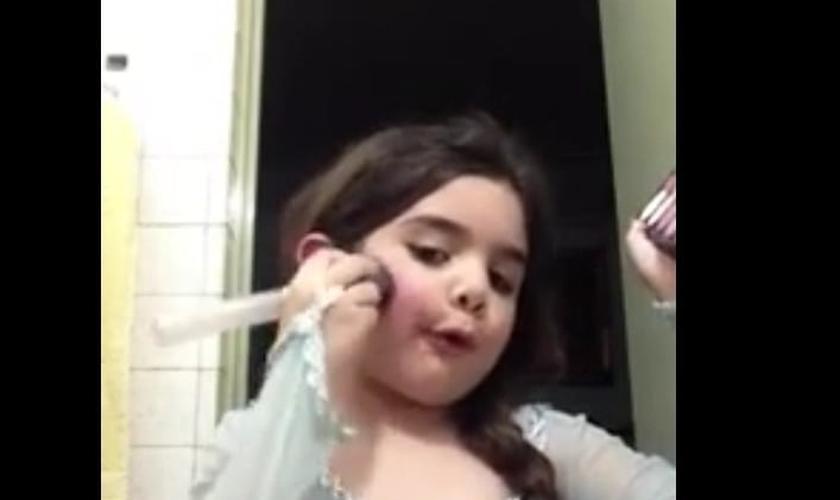 Danna, de 5 anos, fazendo maquiagem de Elsa, do filme Frozen