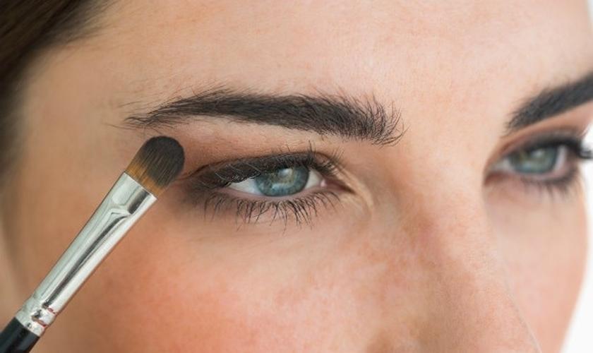 Contorno de sobrancelha é tendência na maquiagem
