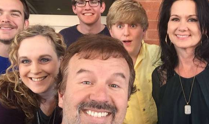 Mark Hall, vocalista do Casting Crowns e família.