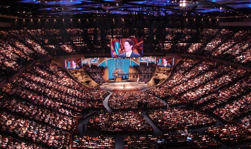 Mega-igreja nos Estados Unidos, reunindo milhares de fiéis. (Reprodução/ Juicy Ecumenism)