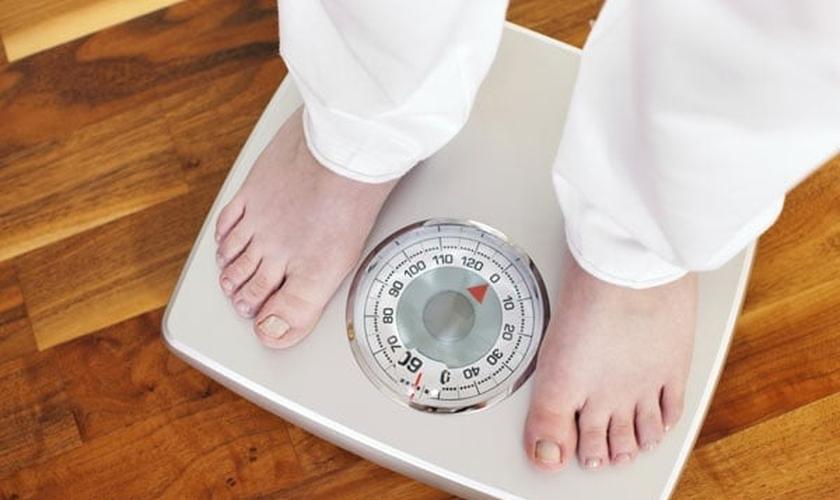 Além de ter que driblar os efeitos da tensão pré-menstrual, muitas mulheres ainda sofrem quando percebem os quilos extras na balança. (Foto: Global Fitness)
