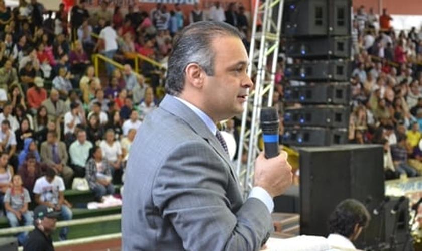 Pastor Roberto de Lucena durante pregação. (Divulgação/ Roberto de Lucena)