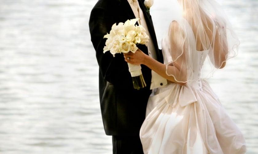 Casal de noivos em cerimônia de casamento. (Reprodução/ Play Buzz)