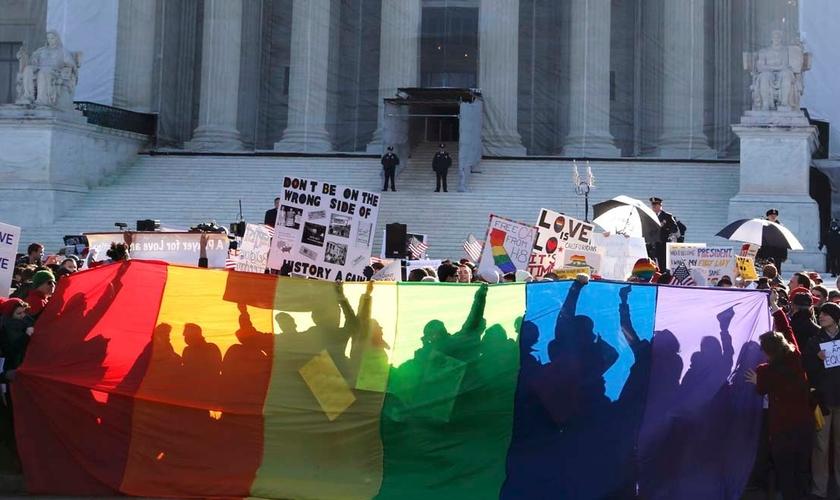 Movimento LGBT e simpatizantes fazem manifestação em frente à Suprema Corte dos EUA.