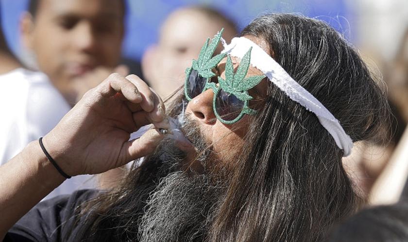 Usuário de maconha durante festa. (Marc Piscotty/Getty Images)