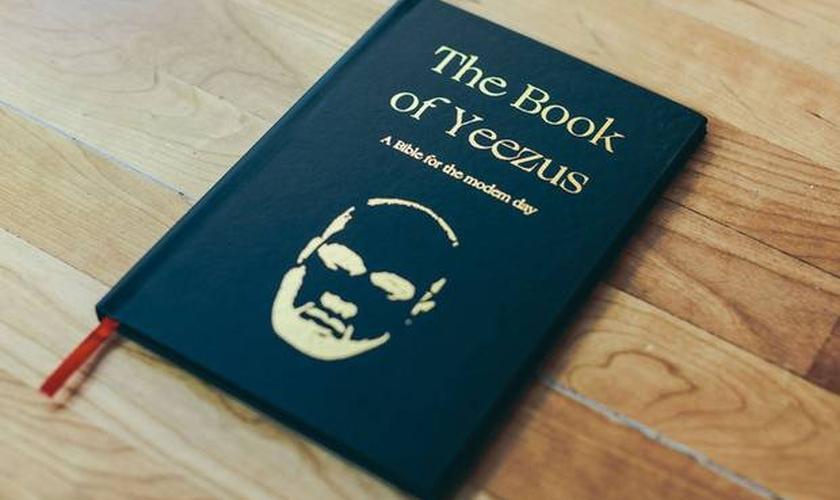 """O Livro de Yeezus, a """"Bíblia dos dias modernos"""", altera Deus para o nome do rapper Kanye West. (Reprodução/ The Independent)"""