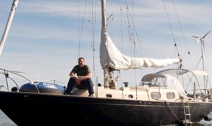 Velejador americano Louis Jordan em seu barco. (Divulgação/ Frank Jordan)