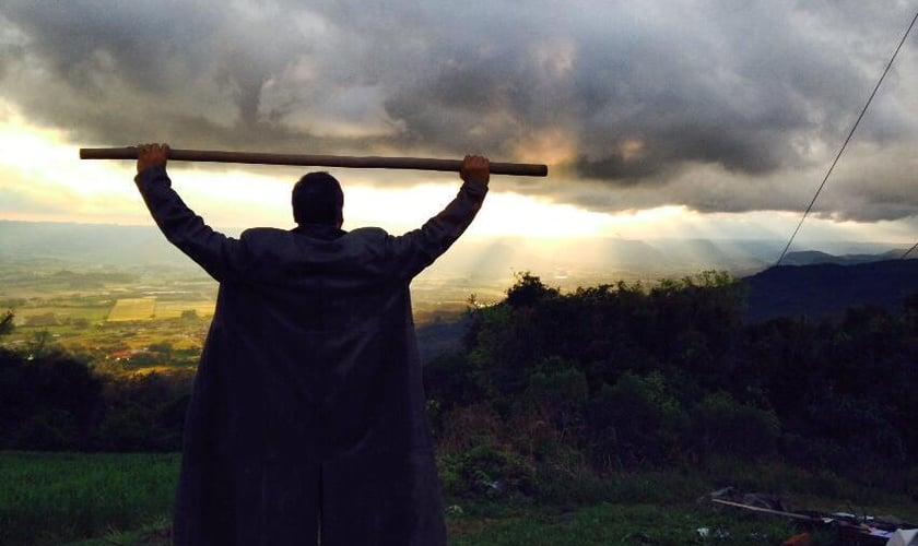 Joel Engel no monte de adoração. (Ministério Engel/ Facebook)