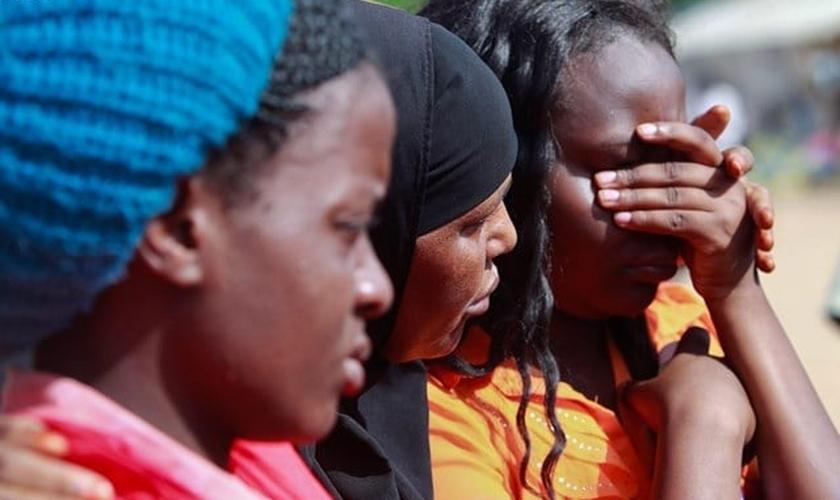 Familiares das vítimas do massacre no Quênia. (Foto: EPA)