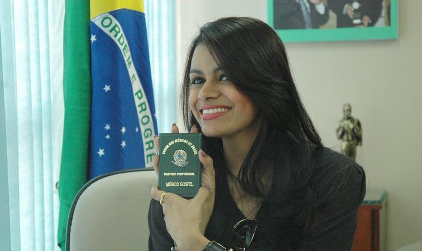 Damares com a carteirinha de registro no prédio da Ordem dos Músicos do Brasil. (Guiame/ Marcos Paulo Corrêa)