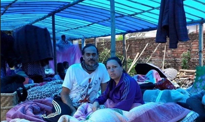 Everson Gonçalves Santos, de 45 anos vive com a esposa Daniela Moura Santos, de 39, e a filha Laura Santos, de 6 anos em uma tenda, com outras famílias, nas ruas de Catmandu (Nepal)
