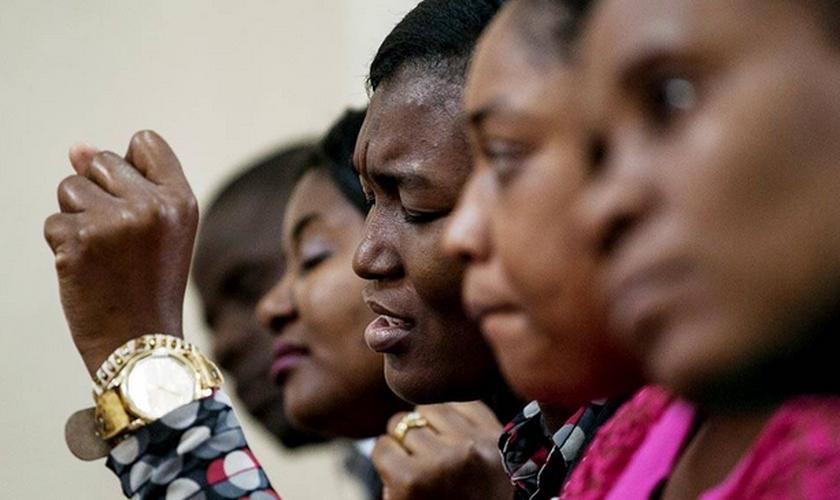 Haitianos oram em culto evangélico na igreja Assembleia de Deus, no bairro do Glicério, capital de São Paulo.