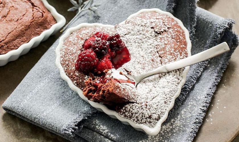 Bolo brownie com calda de frutas vermelhas