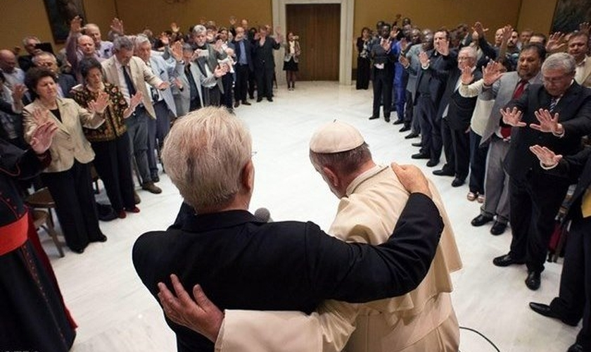 Papa Francisco abraça o pastor Giovanni Traettino, durante o encontro no Vaticano. (Foto: Rádio Vaticano)