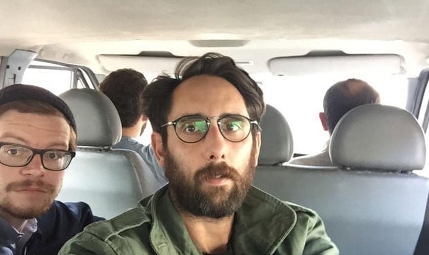 Gabriel Chaim ao lado de um dos fotógrafos que também foi preso com ele