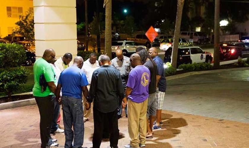 Grupo se reúne para orar após tiroteio em igreja. (David Goldman/AP)