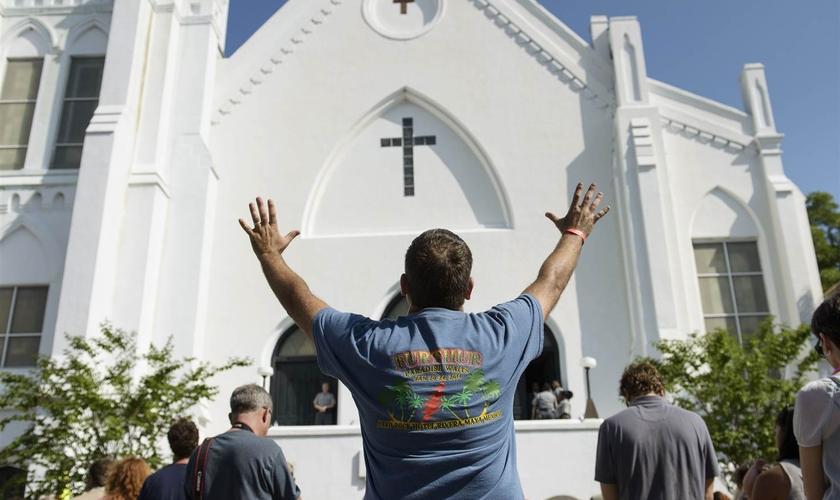 Primeiro culto na igreja Emanuel African Methodist Episcopal desde o assassinato dos membros. (Brendan Smialowski/AFP)
