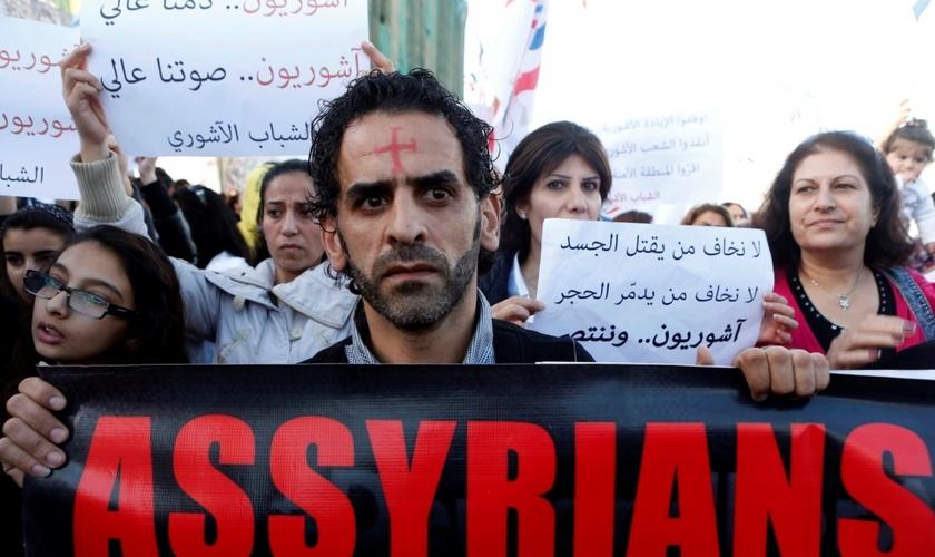 Assírios manifestam pela libertação de cristãos raptados pelo EI. (Reuters/Mohamed Azakir)