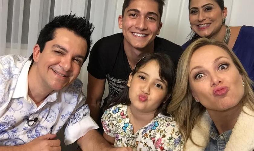 Eliana com a família de Régis Danese, durante visita. (Foto: Arquivo pessoal)