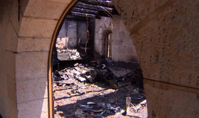 O incêndio consumiu maior parte do interior da Igreja da Multiplicação, em Tabgha, no Mar da Galiléia. (CNN)