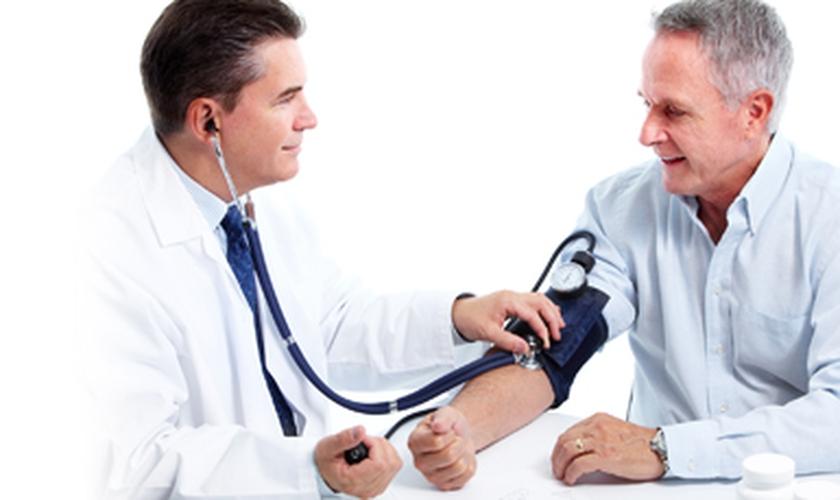 Homem medindo pressão