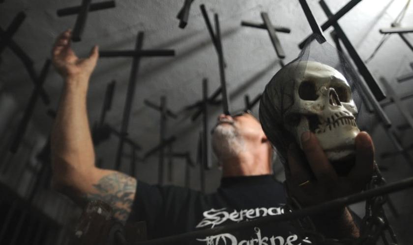 Enok, pastor da igreja Metanoia, exibe crânio e cruzes penduradas no teto. (Fábio Teixeira/ UOL)