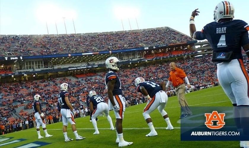 O time universitário Auburn Tigers em ação durante um jogo recente. (Foto: Facebook/Auburn Tigers)