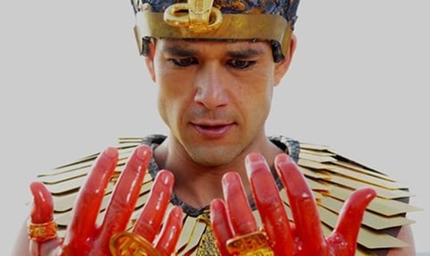 Ramsés, interpretado por Sérgio Marone, tem as mãos sujas de sangue em uma das pragas do Egito. (Foto: TV Foco)