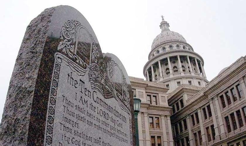 Monumento aos Dez Mandamentos está instalado em frente ao prédio do Capitólio, em Oklahoma (EUA).
