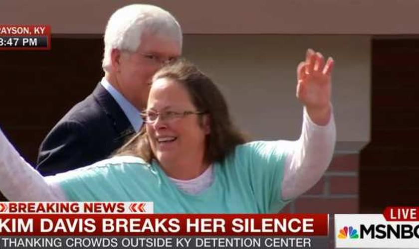 Kim Davis fala à multidão, após ser liberta, em Kentucky (EUA).