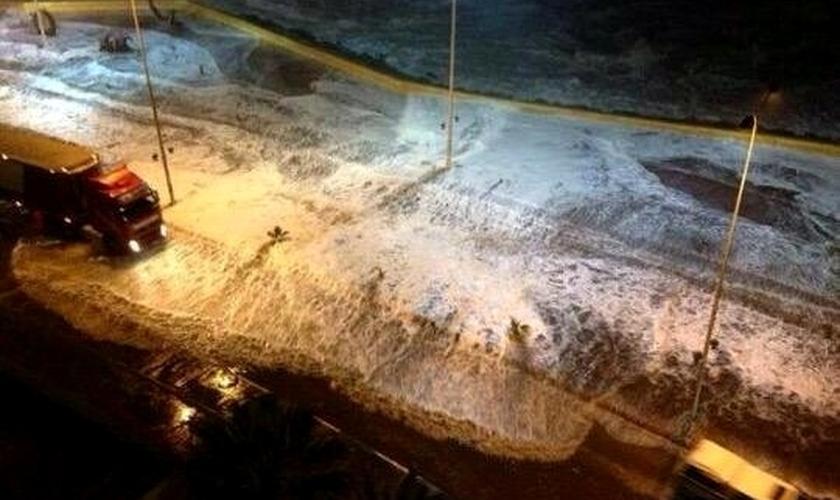 Ondas invadem avenida na orla da cidade de Coquimbo, no Chile. Horas antes, um tremor de magnitude 8,3 foi registrado na costa do país