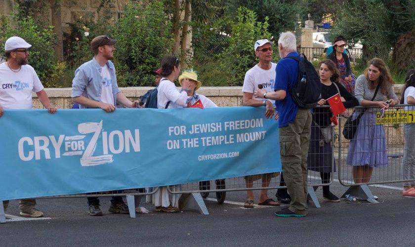 """""""Pela liberdade dos judeus no Monte do Templo"""" diz o cartaz segurado por cristãos da organização 'Cry for Zion'. (Foto: Cry For Zion)"""