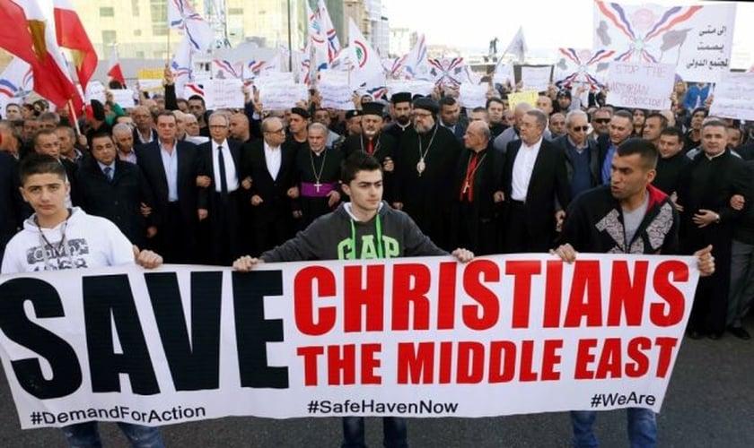 Cristãos participam de manifestação contra a perseguição religiosa, em Beirute (Foto: Reuters)